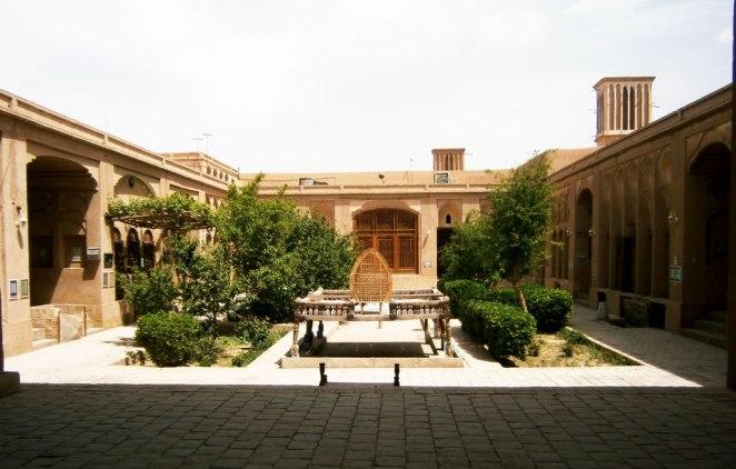 dvor-na-tradicionna-kushta-,Lariha-mansion