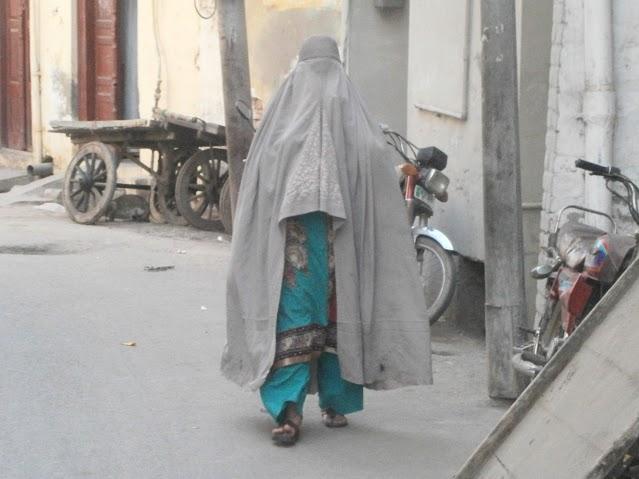 ulichki v stariq grad- jena s burka (obiknoveno sa ot etnosa pashtun)