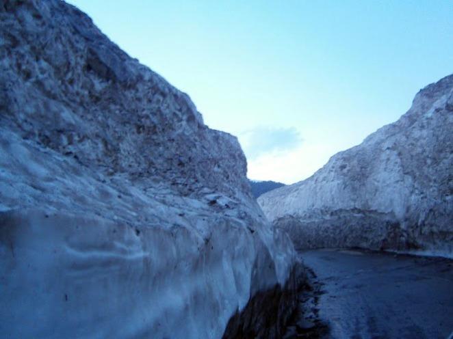 0. Lednik po putq kum Naran - kervana e blokiran ot lednici i ne moje da premine Babussar Pass