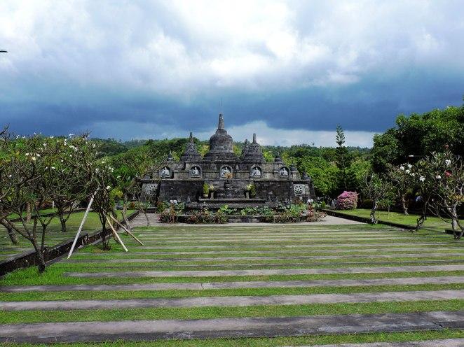 stupa-imitirashta-boro-bodur-v-budistkija-hram